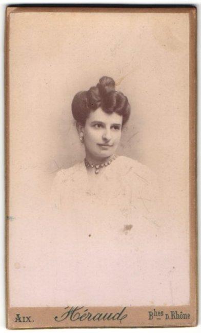 Fotografie Heraude, Aix, Portrait hübsche Dame mit Hochsteckfrisur und Collier