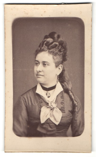Fotografie E. Buizard, Paris, Portrait hübsche junge Dame mit Hochsteckfrisur im Halbprofil