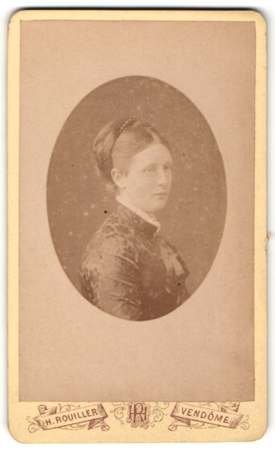 Fotografie H. Rouiller, Vendome, Portrait Bürgerliche in elegantem Kleid