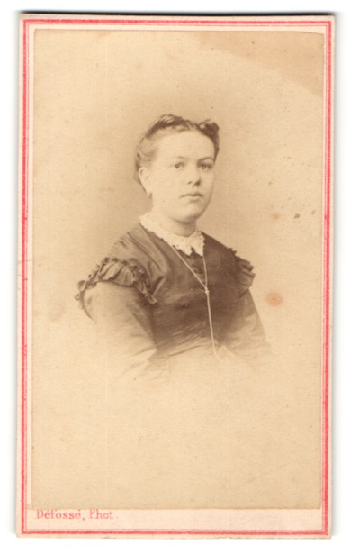 Fotografie Defosse, Paris, Portrait junges Fräulein mit hochgestecktem Haar und Halskette