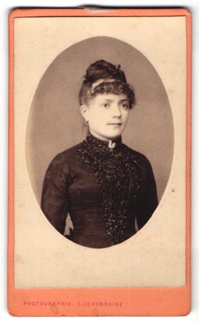 Fotografie Paul, Luchon, dunkelhaariges hübsches Fräulein mit Hochsteckfrsiur im schwarzer Bluse mit Stickerei