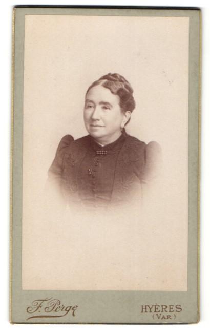 Fotografie F. Perge, Hyeres, charmant lächelnde Dame mit hochgestecktem Haar