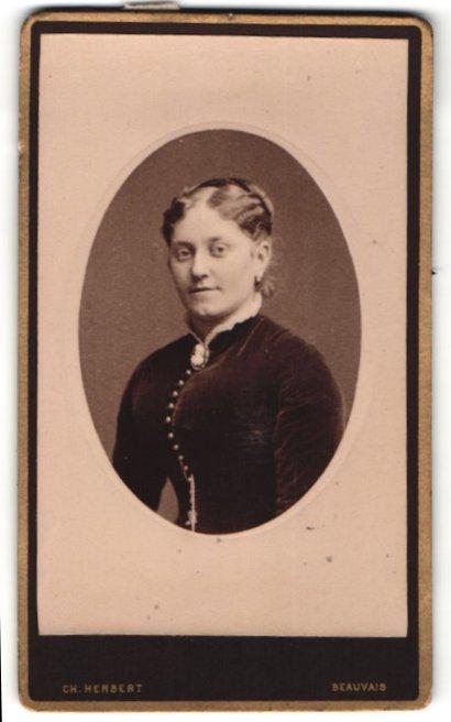 Fotografie Ch. Herbert, Beauvais, Portrait charmant lächelndes Fräulein mit Haarband und Brosche am Kragen