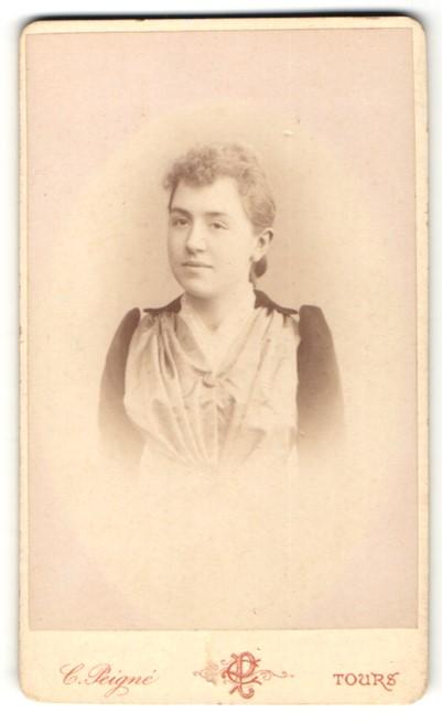 Fotografie C. Peigen, Tours, Portrait charmant lächelndes Fräulein mit blondem Haar in eleganter Faltenbluse
