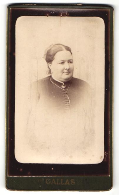 Fotografie Gallas, Chartres, Portrait freundlich lächelnde junge Frau mit Brosche am Kragen