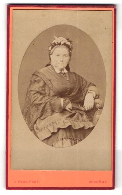Fotografie J. Yvon, Vendôme, Portrait Frau in zeitgenöss. Garderobe
