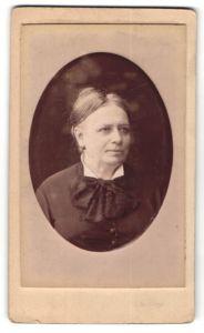 Fotografie J. Levaque, Bruxelles, Portrait Greisin mit zusammengebundenem Haar