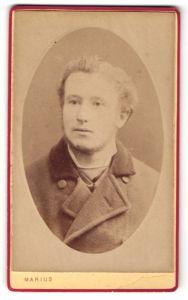 Fotografie Marius, Paris, Portrait junger Mann mit zurückgekämmtem Haar