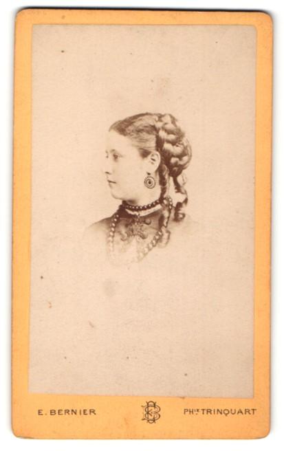 Fotografie E. Bernier, Paris, Profilportrait Dame mit zeitgenöss. Frisur