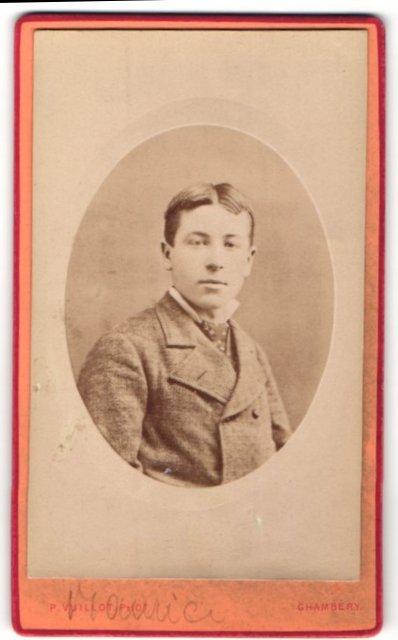 Fotografie P. Vuillot, Chambéry, Portrait junger Herr mit Mittelscheitel