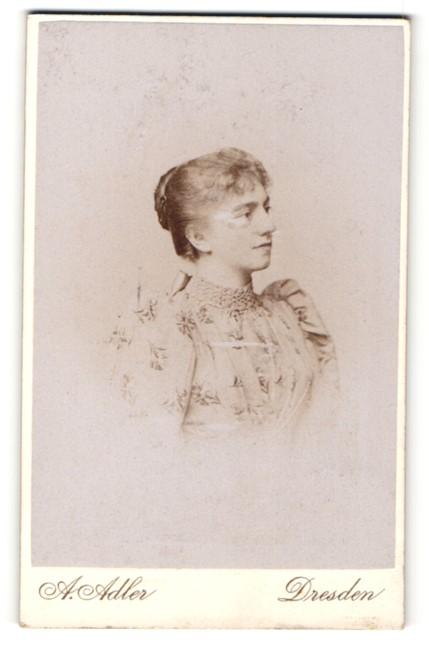 Fotografie A. Adler, Dresden, Portrait junge Dame mit zusammengebundenem Haar