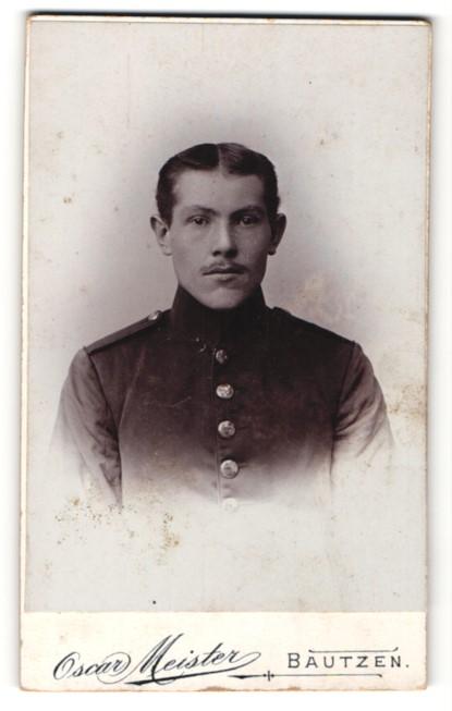 Fotografie Oscar Meister, Bautzen, Portrait junger Herr in Dienstkleidung