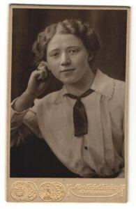 Fotografie Max Seifert, Freiberg, Portrait Fräulein mit zeitgenöss. Frisur
