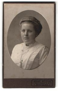 Fotografie Oskar Meister, Bautzen, Portrait hübsches Fräulein mit zurückgebundenem Haar