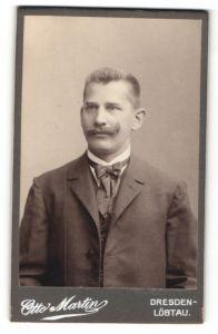 Fotografie Otto Martin, Dresden-Löbtau, Portrait junger charmanter Mann mit Oberlippenbart im Anzug