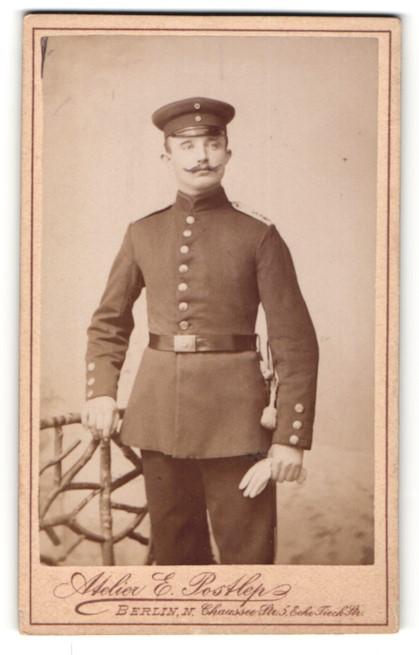 Fotografie Atelier Postlep, Berlin, deutscher Soldat in Uniform mit Bajonett