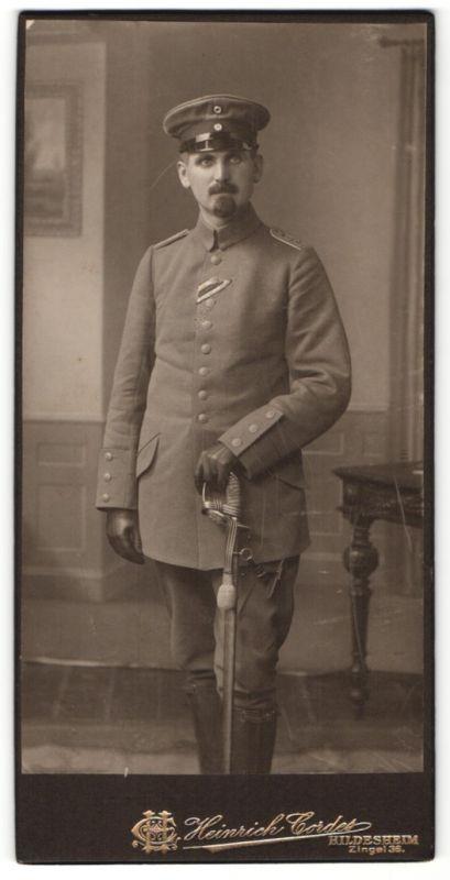 Fotografie Heinrich Cordes, Hildesheim, Offizier in Uniform mit Säbel