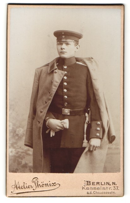 Fotografie Atelier Phönix, Berlin, deutscher Soldat in Uniform mit Mantel