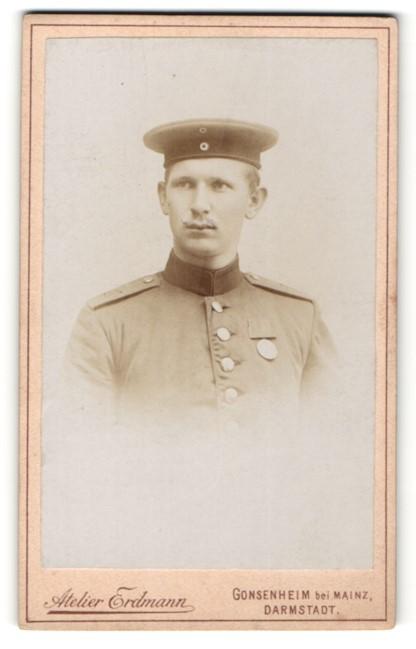 Fotografie Atelier Erdmann, Gonsenheim, Portrait deutscher Soldat in Uniform mit Orden