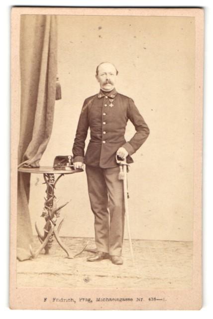 Fotografie F. Friedrich, Prag, österreichischer Soldat in Uniform mit Orden und Säbel