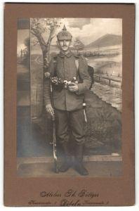 Fotografie Atelier Böttger, Döbeln, Kriegsausmarsch, Infanterist in Feldgrau mit Gewehr & Überzug Rgt. 183, 1.WK