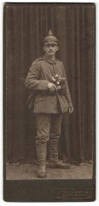 Fotografie Otto Kühn, Chemnitz, Kriegsausmarch, deutscher Soldat in Feldgrau mit Pickelhaube & Überzug, 1.WK