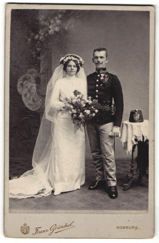 Fotografie Franz Gröschel, Rumburg, Kriegshochzeit, österreichischer Soldat in Uniform mit Tschako und Orden, 1.WK