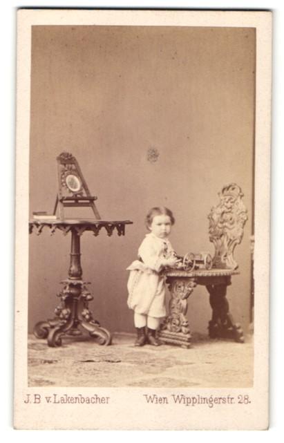 Fotografie J. B. von Lakenbacher, Wien, Kind spielt mit Spielzeug-Geschütz