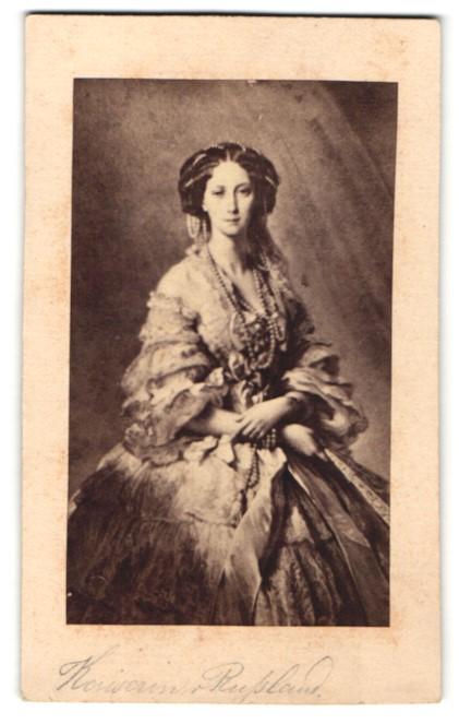 Fotografie Marija Alexandrowna Zarin von Russland trägt aufwendiges Kleid und Schmuck
