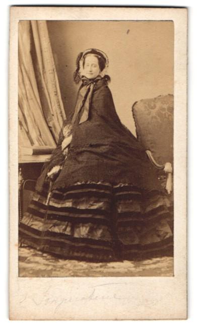Fotografie Portrait Eugenie de Montijo Kaiserin von Frankreich, elegant gekleidet