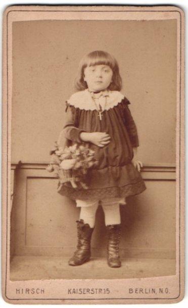 Fotografie J. Baruch, Berlin, Portrait niedliches brünettes Mädchen mit Blumenkorb in hübschen Schnürrstiefeln