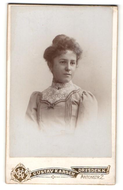 Fotografie Gustav Karsch, Dresden-N., Portrait brünette Schönheit in eleganter mit Spitze verzierter Bluse