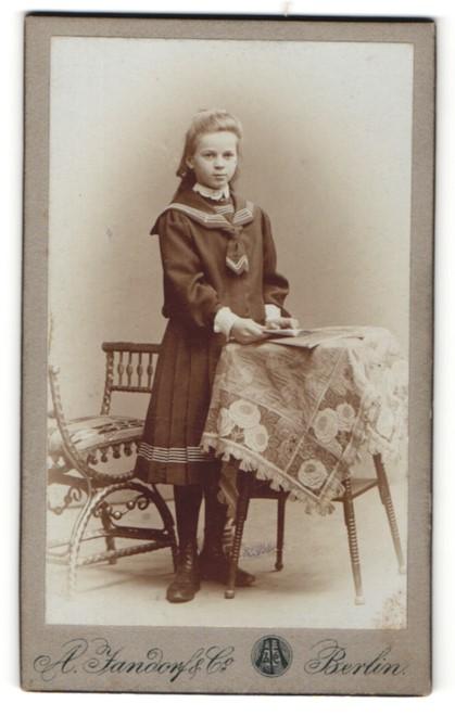 Fotografie A. Jandorf & Co, Berlin, schönes junges Mädchen mit blondem Haar und Buch im Matrosenkleid