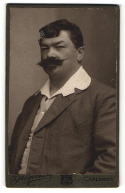 Fotografie J. Kügemann, Carlsbad, Portrait charmanter dunkelhaariger Herr mit Schnurrbart im eleganten Jackett