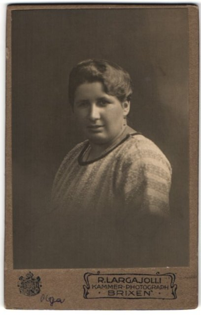 Fotografie R. Larga Jolli, Brixen, Portrait charmante Dame mit Halskette im gestreiften Pullover