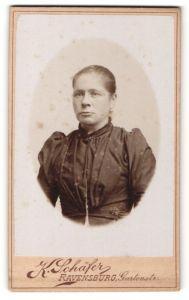 Fotografie K. Schäfer, Ravensburg, Portrait charmante junge Dame in eleganter Bluse mit Falten