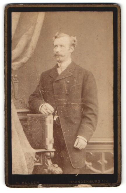 Fotografie G. Müller, Brandenburg a/H, Portrait Herr mit zeitgenöss. Frisur