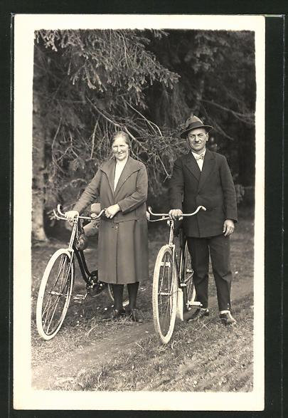 Foto-AK Paar mit Fahrrädern im Wald