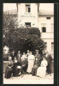 Foto-AK Bad Wörishofen, Hotel-Pension Villa Hedwig mit Familie des Besitzers