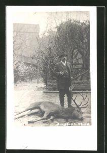 AK Jäger mit geschossenem Hirsch