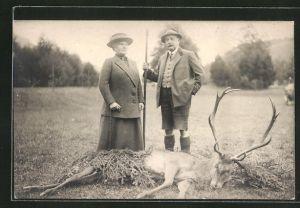 AK Jäger mit Frau und erlegtem Hirsch