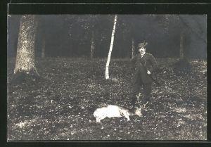 AK Jäger mit erlegtem Hirsch im Wald