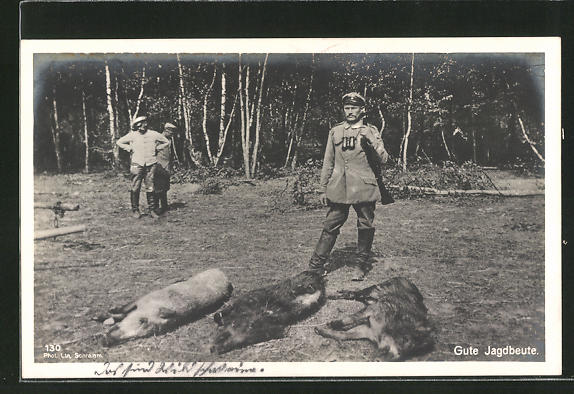AK Jäger betrachten ihre Beute am Waldrand, Jagd