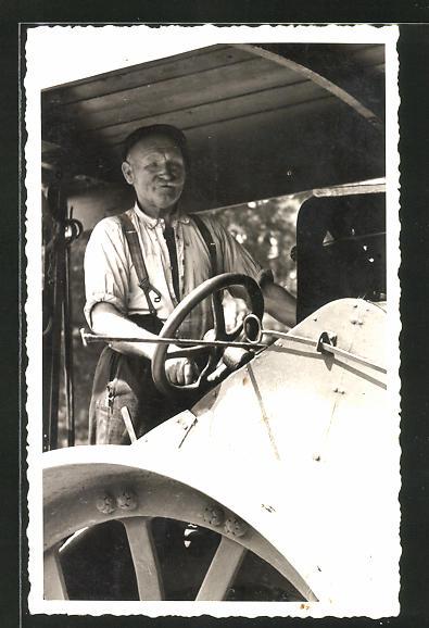 Foto-AK Landwirt am Steuer seines Lanz-Bulldog Traktors