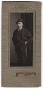 Fotografie J. Preiss, Wangen i/A, Portrait halbwüchsiger Knabe in Anzug mit Gehstock und Hut