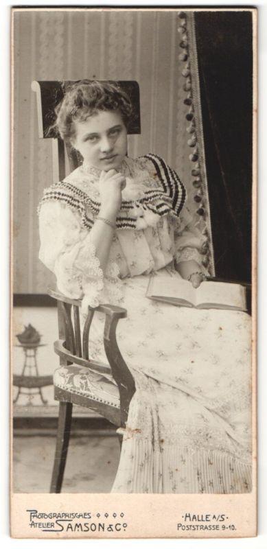 Fotografie Samson & Co., Halle a/S, Portrait Fräulein in elegantem Kleid