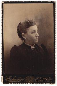 Fotografie Schaefer, Rochester, NY, Portrait junge Frau mit zusammengebundenem Haar