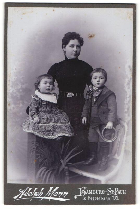 Fotografie Adolph Mann, Hamburg-St. Pauli, Portrait Mutter mit zwei Kindern