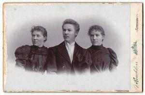 Fotografie J. Rauchfuss, Tetschen, Portrait junger Mann und zwei junge Frauen, Geschwister