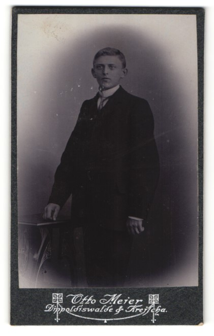 Fotografie Otto Meier, Dippoldiswalde, hübscher blonder Knabe im schwarzen eleganten Anzug